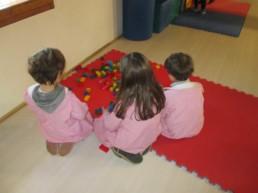 bimbi-infanzia-giocano