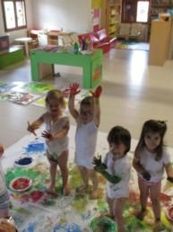 Bambini che colorano con il corpo